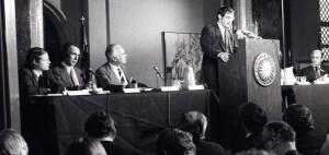 RADIKALT: Boken «The Limits to Growth» ble stemplet som hysteri og dommedagsprofetier da den ble utgitt i 1972. Her står MIT-forsker Dennis Meadows og presenterer funnene. Medforfatter Jørgen Randers er nummer to fra venstre.